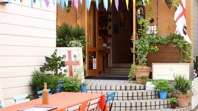 カフェSEADAS FLOWER  CAFFE(自由が丘)では、カネゴンの頭に似ているヨーロッパ最古のお菓子がゆっくり食べられます。