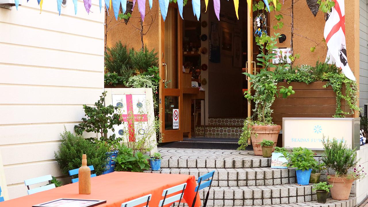 カフェ「SEADAS FLOWER  CAFFE」(自由が丘)では、カネゴンの頭に似ているヨーロッパ最古のお菓子がゆっくり食べられます。
