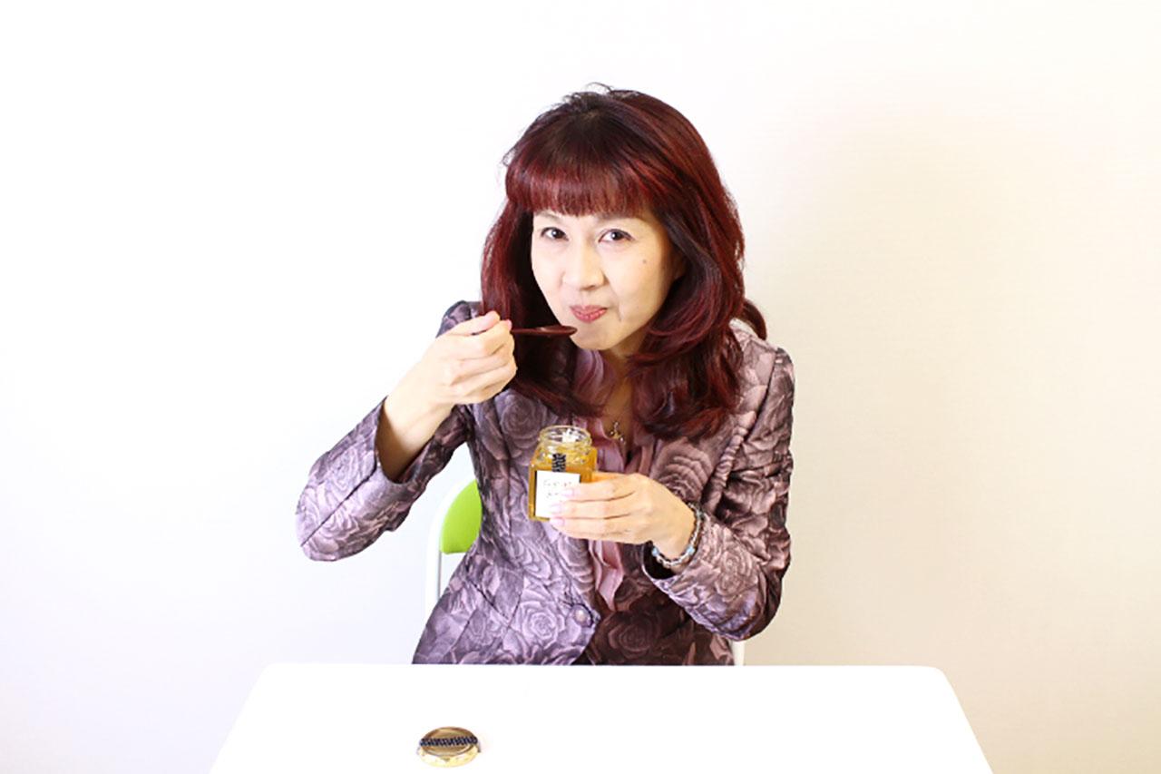 プロテオグリカンとヒアルロン酸を配合した食べる新美肌習慣の蜂蜜を食べるところ