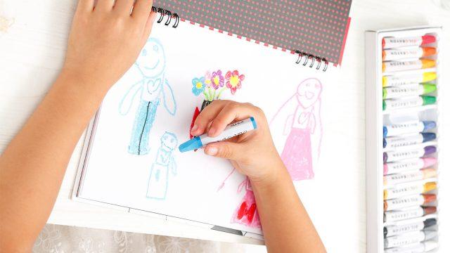 子供の白紙の画用紙に何を描きますか?