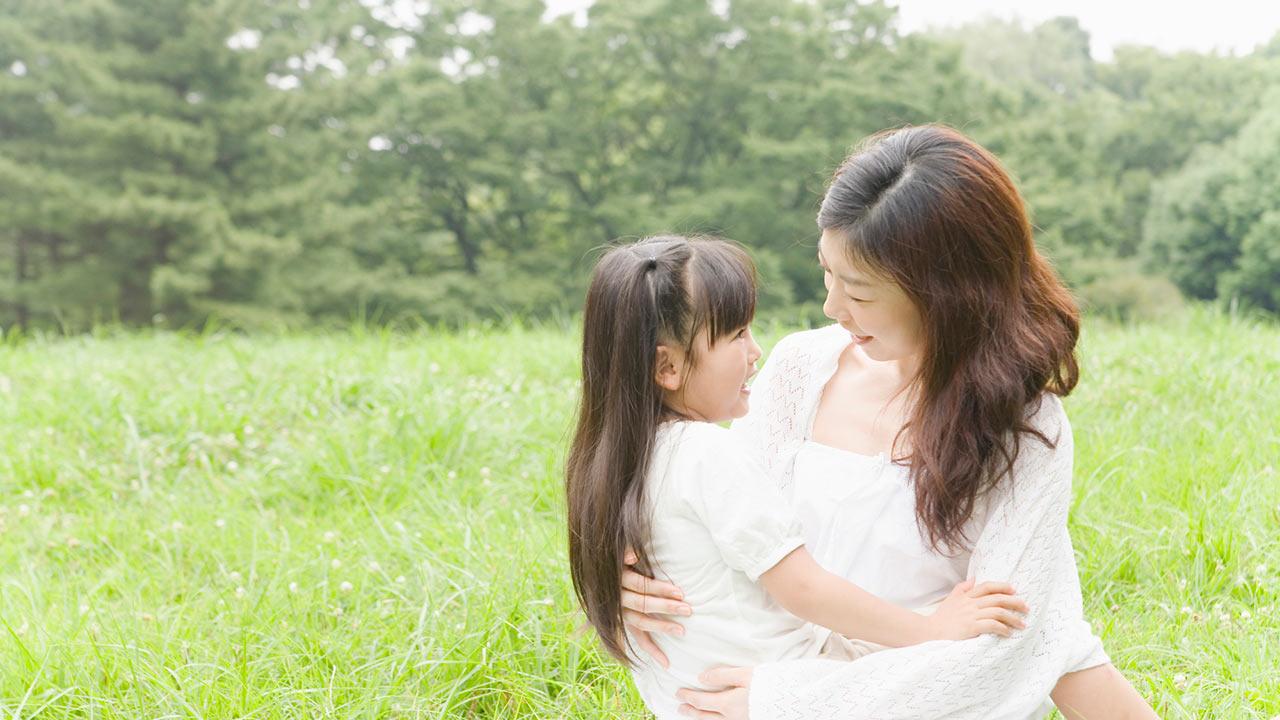 母子の「ふれあいが人生の土台を安定させる」