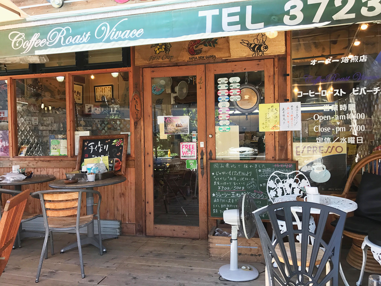 目黒区八雲「COFFEE ROAST VIVACE」焙煎の煙の中に珈琲通人がいる店。