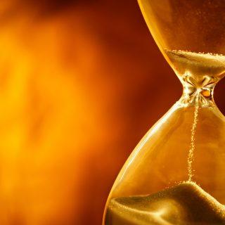 これからどうなるんだろう? 砂時計の砂は刻一刻と落ちていく・・。