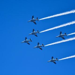 「お母さん、どうして青い空に戦闘機が飛んでいるの?」
