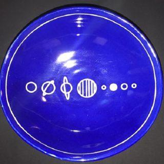 宇宙の銀河を描いた陶磁器を食器棚に置こう!