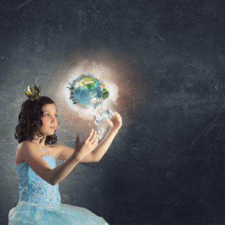 地球の物質界では、肉体に支配された魂が人間社会の幻想に惑わされる。